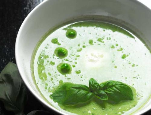 Erbsen-Basilikum-Suppe mit Mozzarella-Insel