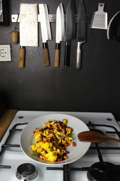 Geroesteter Blumenkohl mit knusprigen Kichererbsen und Granatapfelkernen