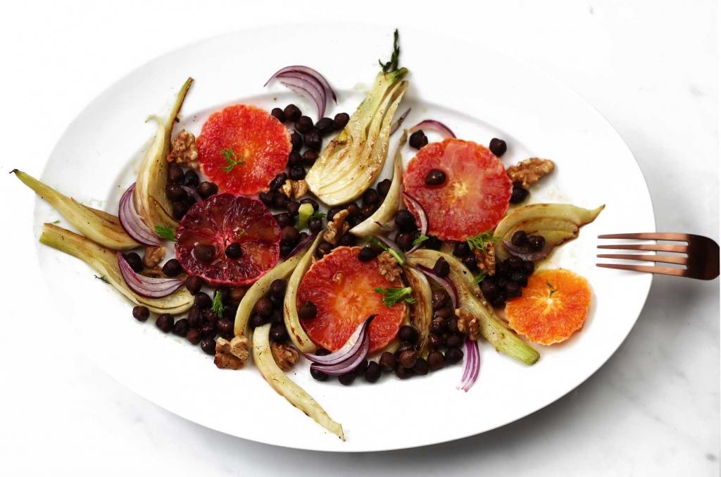 Salat mit schwarzen Kichererbsen